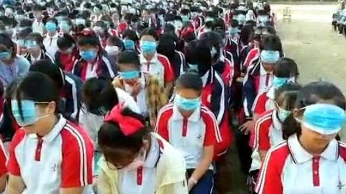 学校感恩教育要求学生用口罩捂眼 教育局通报系开展感恩教育活动