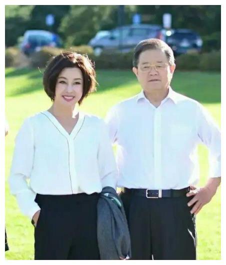 刘晓庆随78岁老公亮相,穿白衬衫配阔腿裤高级减龄,不像64岁