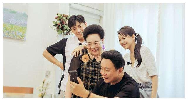 秦昊与爸妈带米粒商场游玩全程玩手机,4岁米粒正脸曝光变漂亮