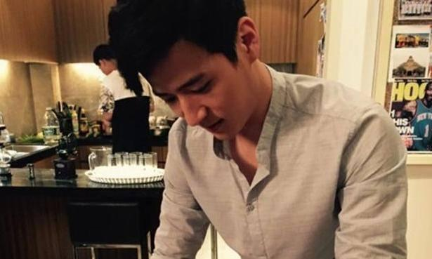 魏千翔晒出自己住的豪宅,开放式厨房配备吧台,装修充满年轻味道
