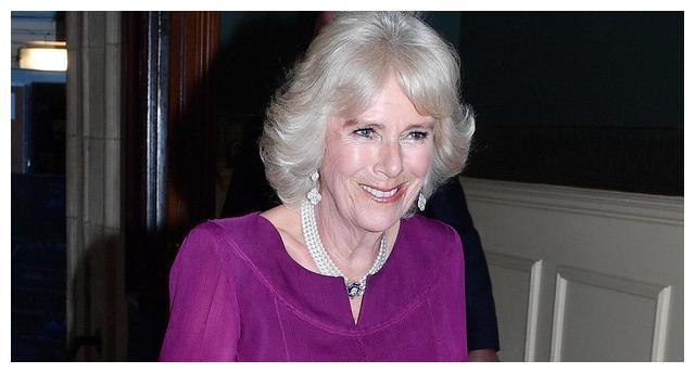 康沃尔公爵夫人卡米拉,身穿褶边礼服,出席特别颁奖典礼