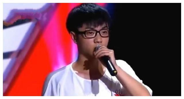华晨宇演唱会中场休息忘关麦,他小声嘀咕9个字,明星不好当!