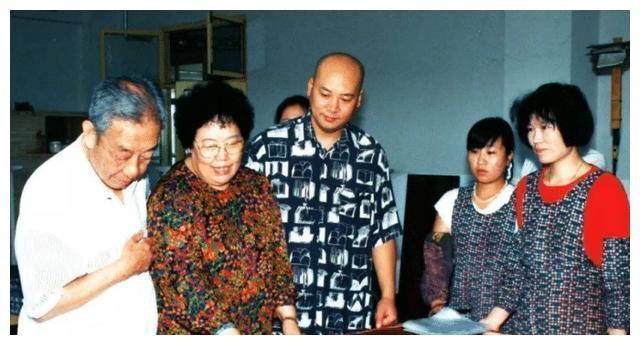 陈丽华到公司视察,儿媳出门搀扶,迟重瑞的位置却引起了众人关注