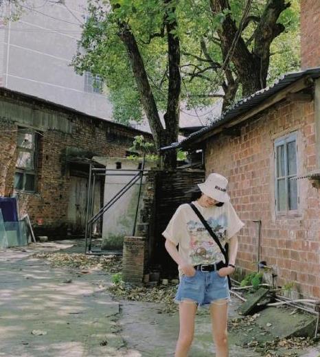 刘雯绿瓦红楼间晒暑假穿搭,T恤只塞一半,引起一拨人回忆杀