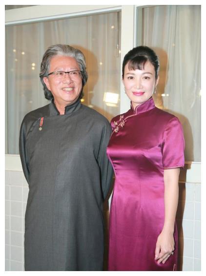 45岁陈少霞一身旗袍好高贵,与穿长褂的富豪老公同框,胜似情侣装