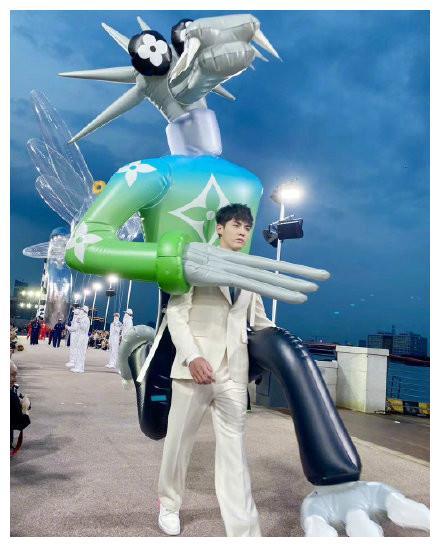 吴亦凡背两米高玩偶走秀,腿长2米气场2米8!帅出天际