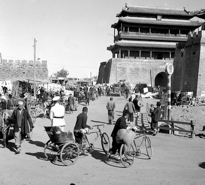 建国初年的老北京,古建筑很多,普通人生活依旧穷困