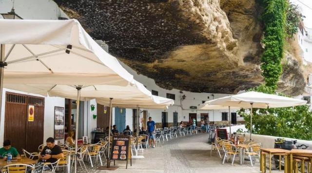 巨石下的小镇,被压了600年之久,冬暖夏凉下雨出门都不用打伞