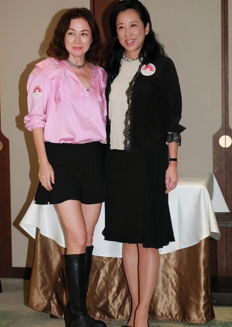 朱玲玲跟阔太聚会站中间,穿的虽普通,但比那些逞强装嫩的优雅!