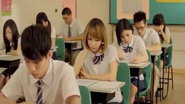 学生作弊防不胜防,岂料躲不过老师的法眼,尴尬了不?