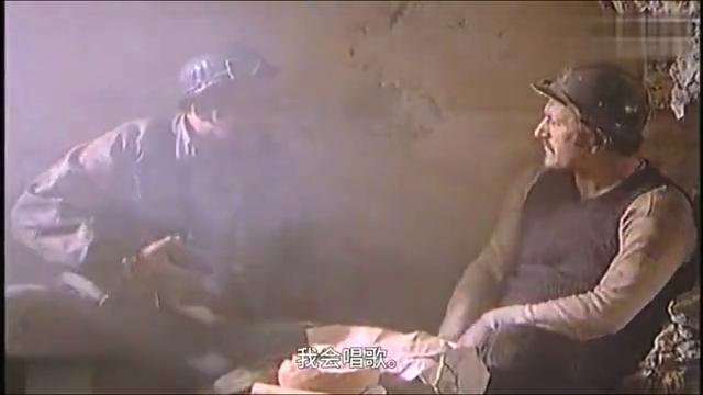 南斯拉夫二战电影,游击队被德军追击,士兵用洞里的炸弹炸德军