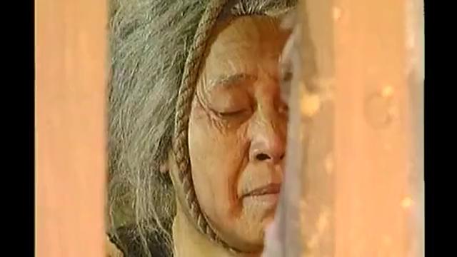 婆婆上吊自尽,不料神仙施法,圣水相助,婆婆竟活了过来