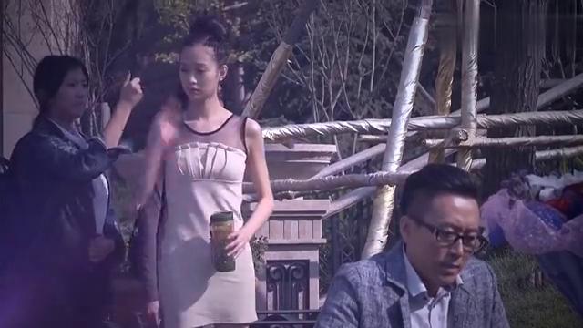 美女正在拍摄,怎料两男子都来献花了,争风吃醋场面太热闹!