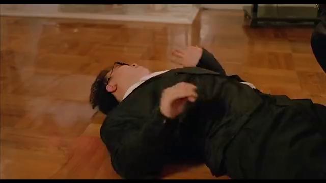 王晶吹嘘自己八届空手道冠军,结果杀手拿出枪,立马跪在地上求饶