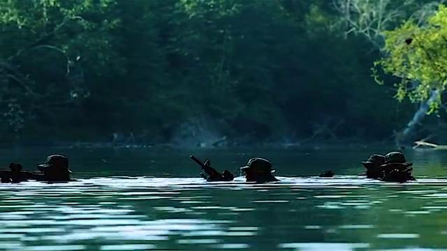 海豹突击队深入敌后救人质