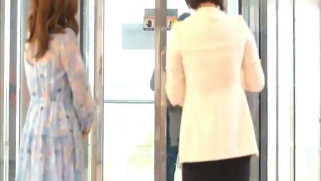 总裁躲在同事身后,偷牵灰姑娘的手,不料竟惹怒电梯里的大妈