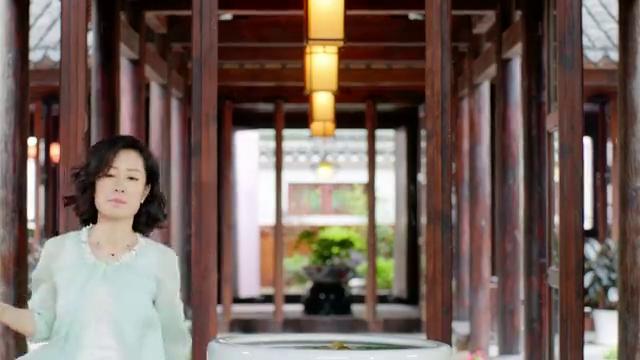 心机女徐卉婕强势地把这个机会抢了过来,送礼服去了艺术馆