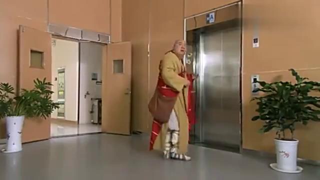 猪八戒穿越回千年后,结果这打开电梯的方式可真是太特别了