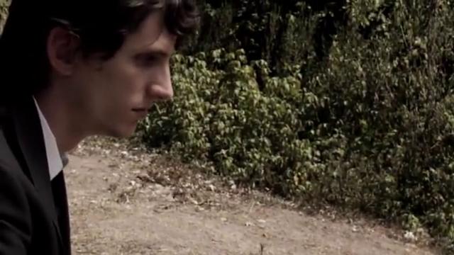 男子看着妻子的坟墓,想起生前妻子难受的表情,内心自责