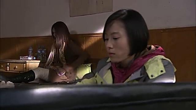 白冰冰哮喘病发作,小元坐在旁边不予理会