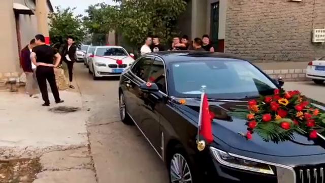 表哥结婚,国产汽车红旗做婚车,这场面十分震撼,真大气!