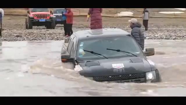 菜鸟开着福特猛禽过河,不料发生意外,结果尴尬了!