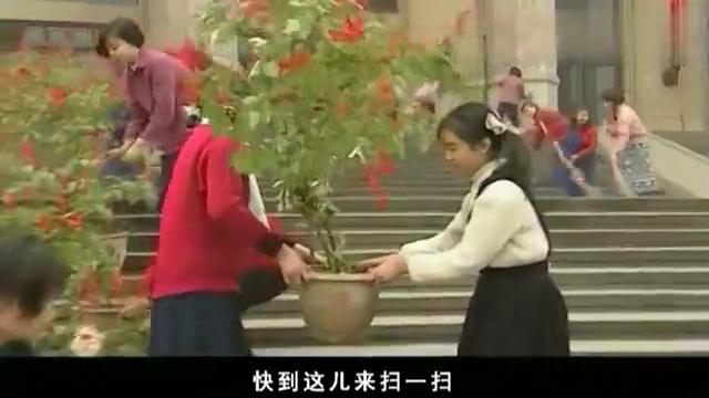 影视:姑娘们穿花裙子,领导人女儿却穿着一身灰制服