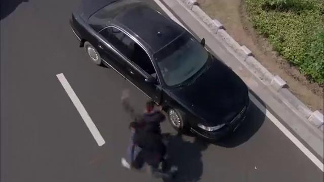 影视:老特警追上绑架犯,想要将他擒拿,没想到绑架犯竟拿出手雷