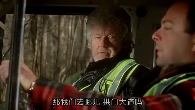 蠢男驾车进入泥潭,被怪物撞翻