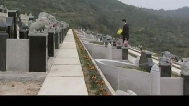 安嘉和到墓园,来到前妻张小雅墓前,然后做出一个如此惊人的举动