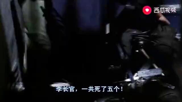 李修贤坐在沙发上,与发哥的坐姿完全一样,这两人的双雄片太好看