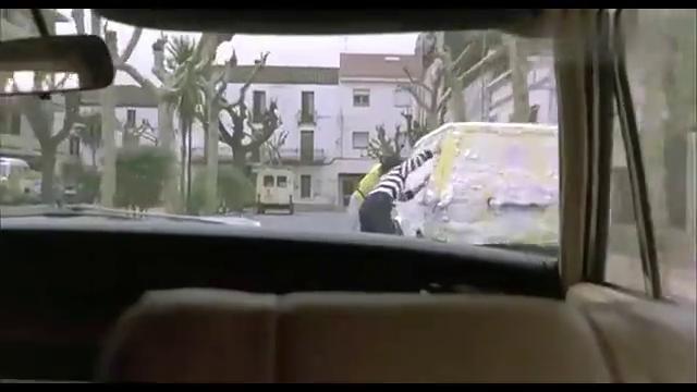 快餐车:兄弟俩开挂了,泼警察一脸洗车水又递上一块沾满灰的毛巾