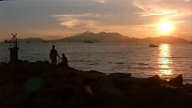 在海边吴彦祖告诉美女,以前哥哥没死前,一起玩耍场景