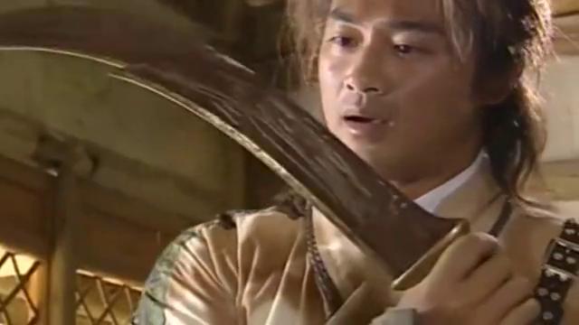 寇仲看不上老人送的生锈弯刀,不料这弯刀是真正的神兵利器!