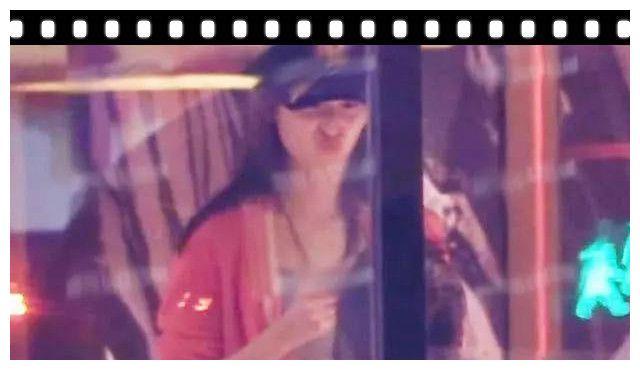 章泽天撇刘强东一身粉嫩与友人外出,女人心脏不是一般的强大
