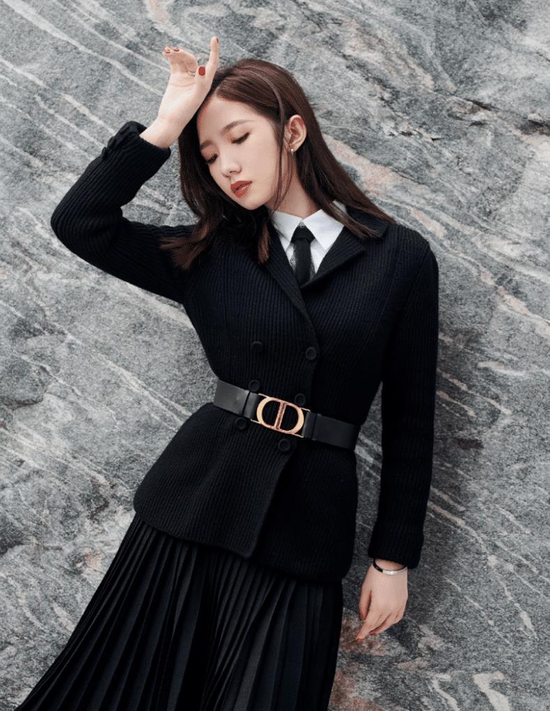 孟美岐这套秋季穿搭太经典了!黑色西装配百褶裙精致优雅,好美