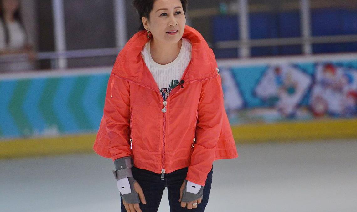 张凯丽滑冰场上也时髦,穿橘红A字外套好减龄,一点不像60后的人