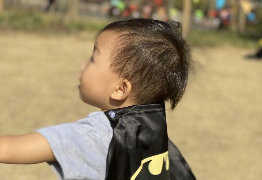 蔡少芬儿子小鱼蛋近照曝光,身穿短袖化身蝙蝠侠,撞脸宋民国