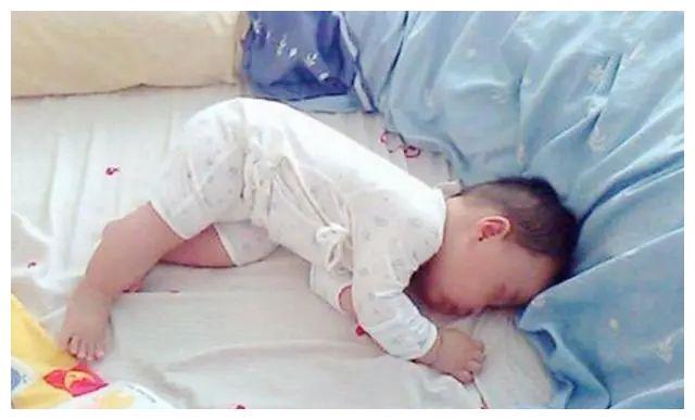 娃睡觉总是滚来滚去不安稳,多半是这几个原因,和缺不缺钙没关系