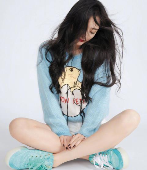 杨幂生日又上热搜,天蓝色毛衣搭配白色短裤,不愧是穿搭达人!