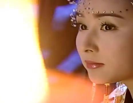 美女如愿以偿嫁给杨四郎,新娘盛装打扮唇如激丹,美极了