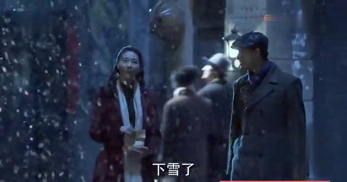 大雪夜偷摘梅花被人发现,明台让人拿着棍子满街追着打