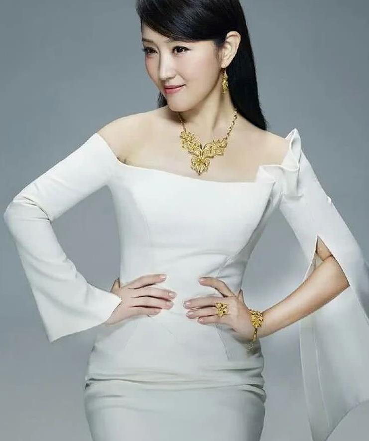 杨钰莹20年前的老照片,黑背带裙搭配白衬衫,这也太美了吧