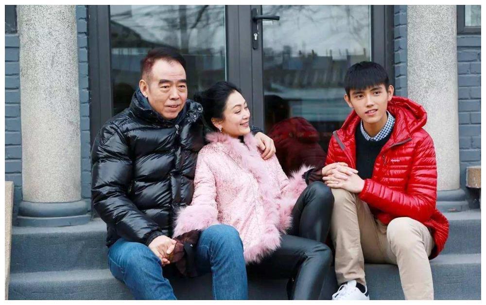 陈凯歌低调庆生,儿子陈飞宇晒出童年合照,似乎有点不情愿