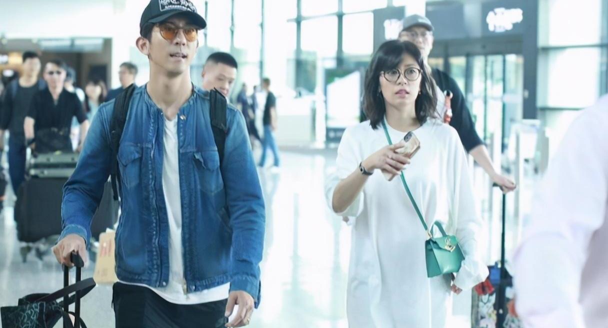 贾静雯保养得真是太好了,穿白T恤与修杰楷走机场,不像差9岁