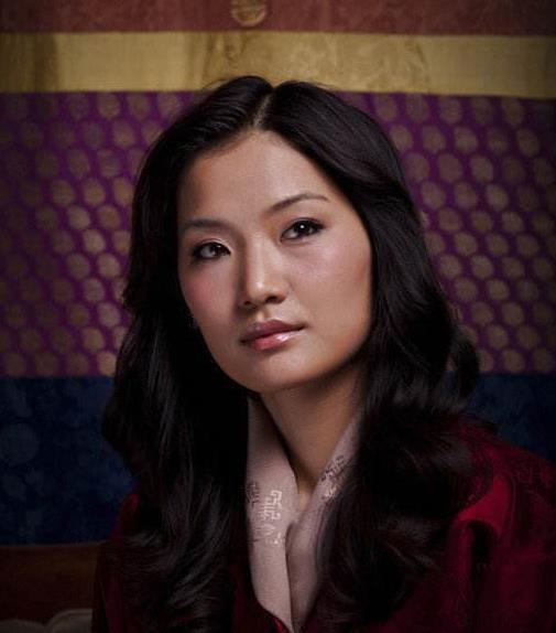 不丹王后太高冷!与英拉合照苦脸相对,小23岁还被对方碾压