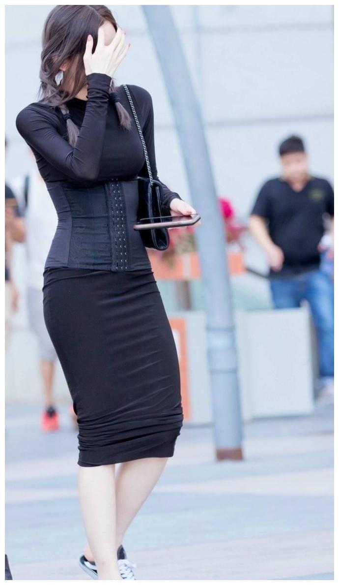 时尚的穿搭小女孩:这样的时尚真的不懂,走路时都张不开腿