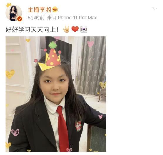 李湘晒王诗龄校服照,就读学校像城堡,学费25万对父母也有要求
