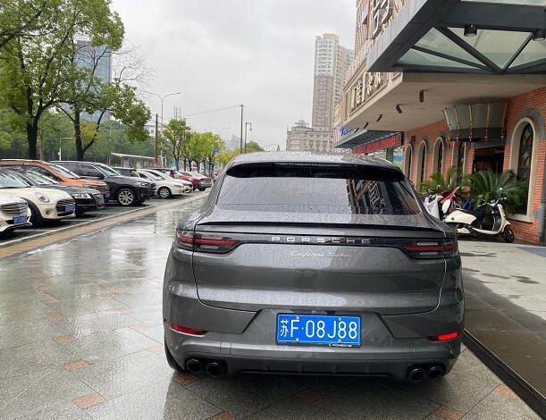 """南通工农路实拍保时捷卡宴Turbo Coupe版,车牌""""888""""很显眼!"""