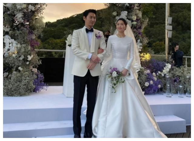 当红文晸赫携妻子出席婚礼,全程十指紧扣照顾有加